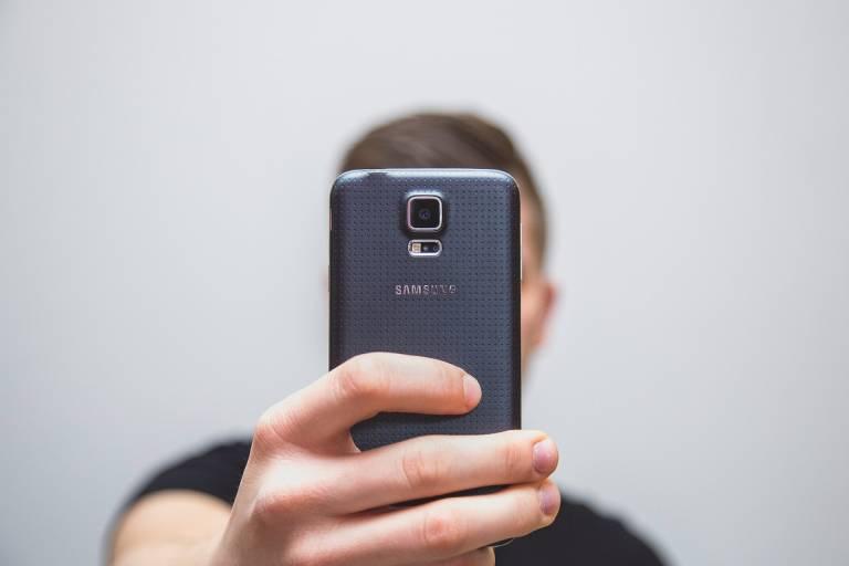 Mies ottaa selfie-kuvan