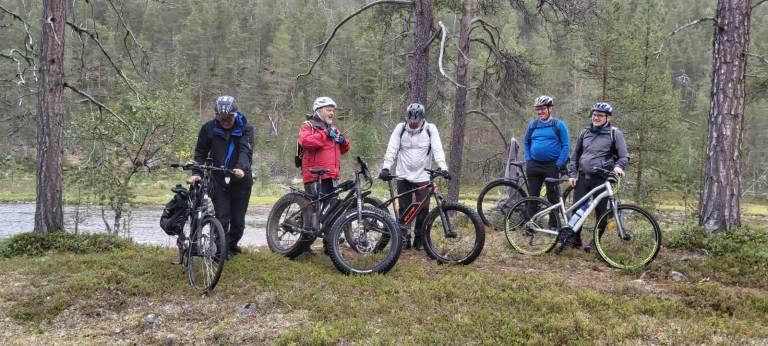 Ryhmäkuva metsässä