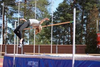 Ella Junnila hyppää korkeutta.