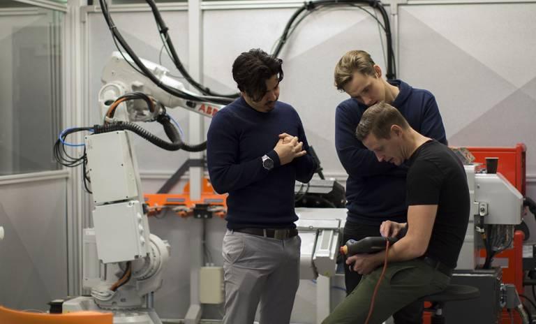 Kolme miestä tutkimassa laitetta TAMK FieldLabissa.