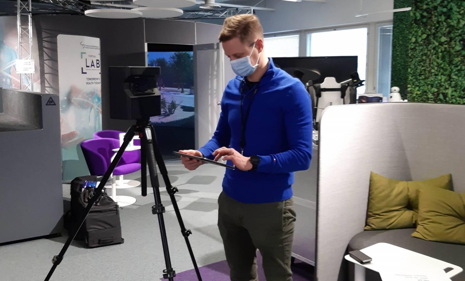Juuso Huhtiniemi valmistelee Matterport-kuvausta Labissa.