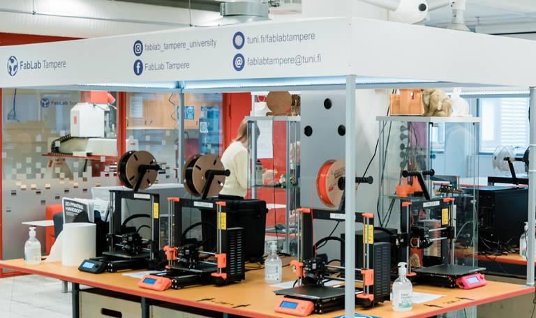 Valokuva FabLabin 3D printtereistä.