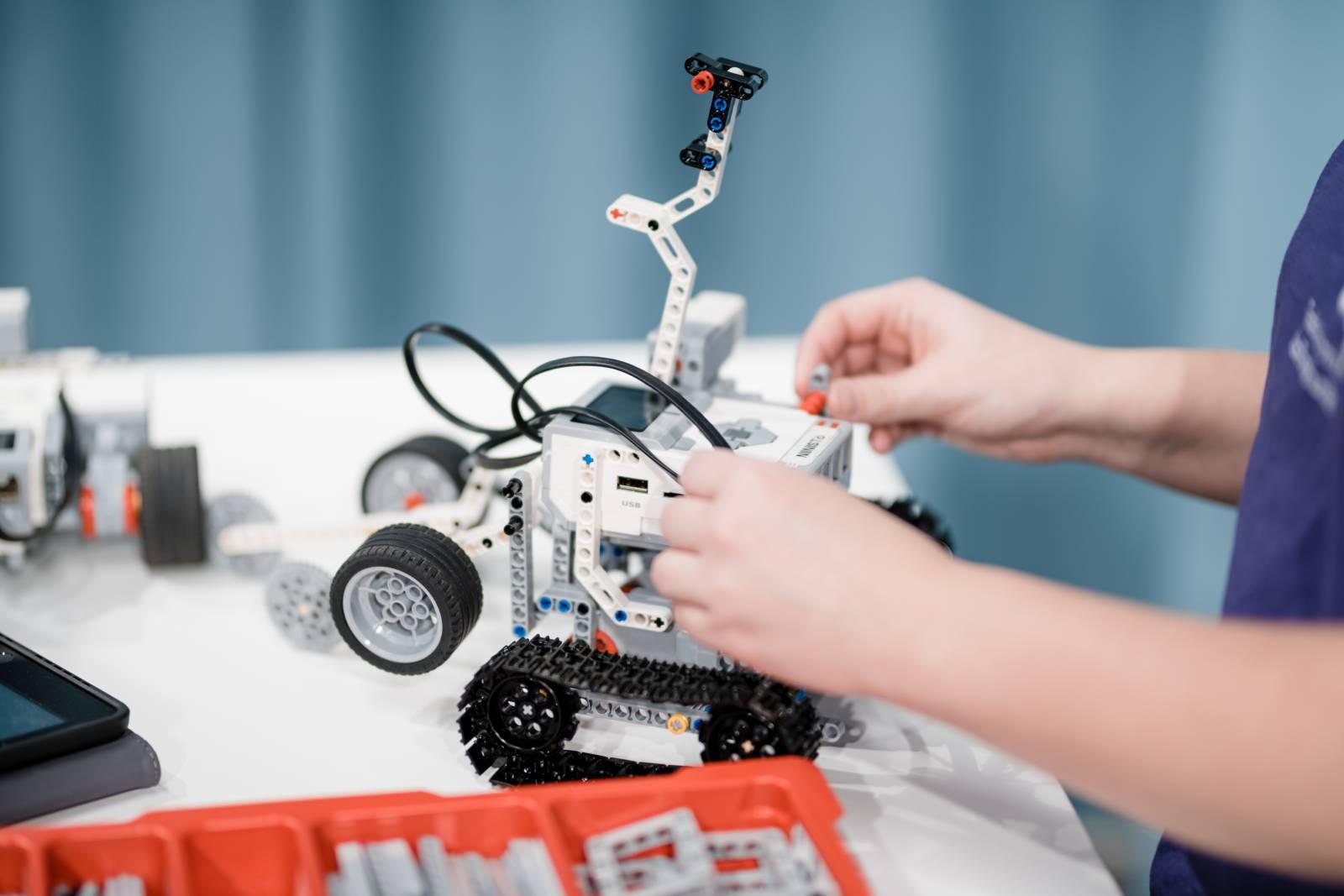 valokuva, lähikuva lego ev3-robotista.