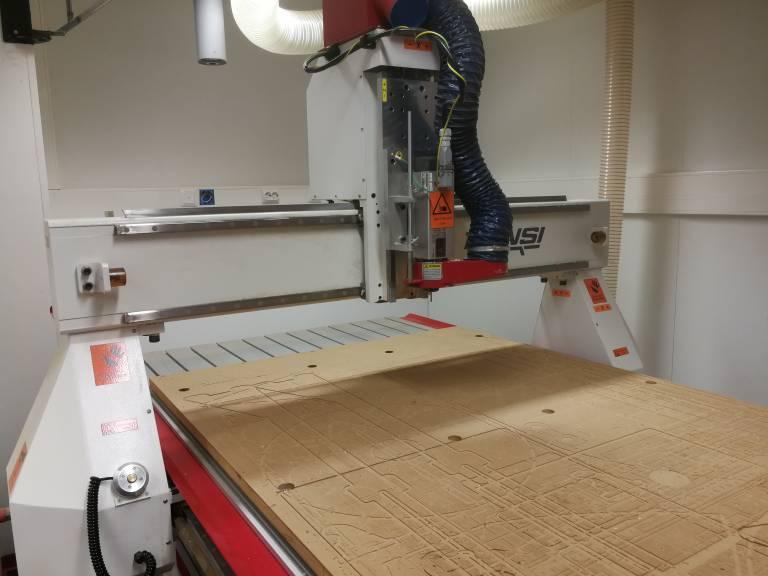 Valokuva CNC-laitteesta.
